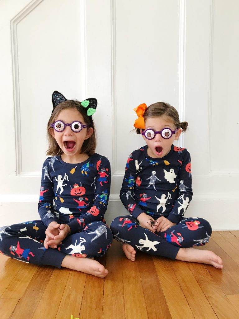 bff467efa2 This is such an easy Halloween craft and you probably have all of the  supplies at home already. We made a smaller version at a preschool class  Halloween ...